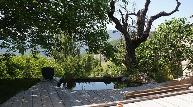 terrasse en bois, arbres, collines